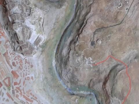 Il sentiero inizia sotto il piazzale del Belvedere per arrivare nella Madonna delle Croci dove vi è uno dei più belli affreschi del patrimonio rupestre.